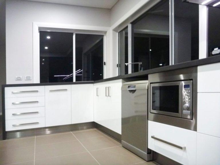 Modern kitchen design by DRK Kitchens